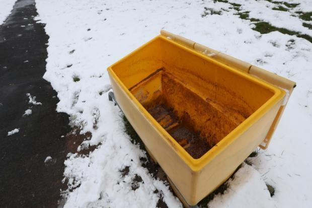A grit bin has returned to an Inverkeithing street after legal advice.