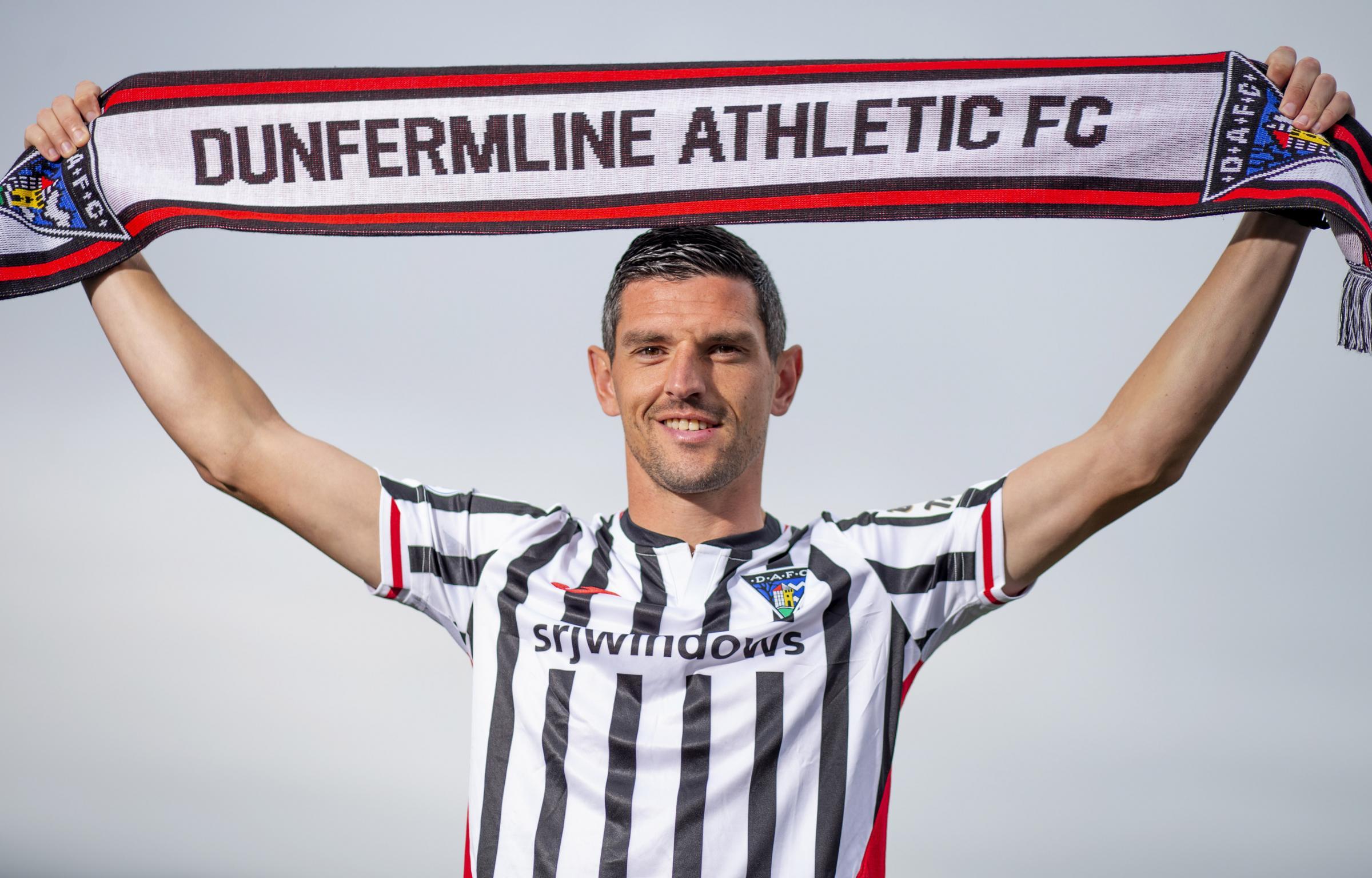Dunfermline: Former Rangers midfielder Graham Dorrans signs