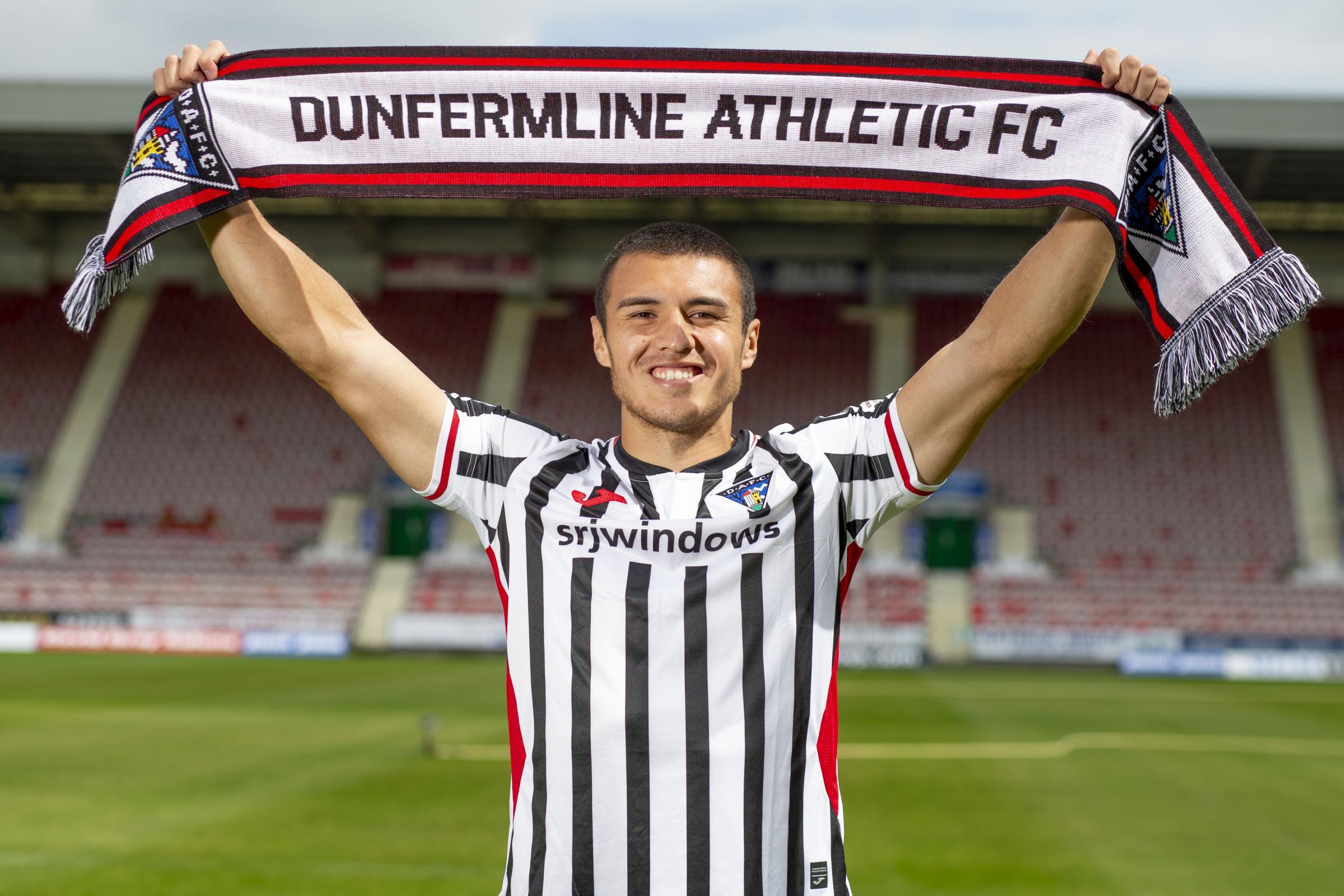 Dunfermline: Former Hearts defender Leon Jones signs